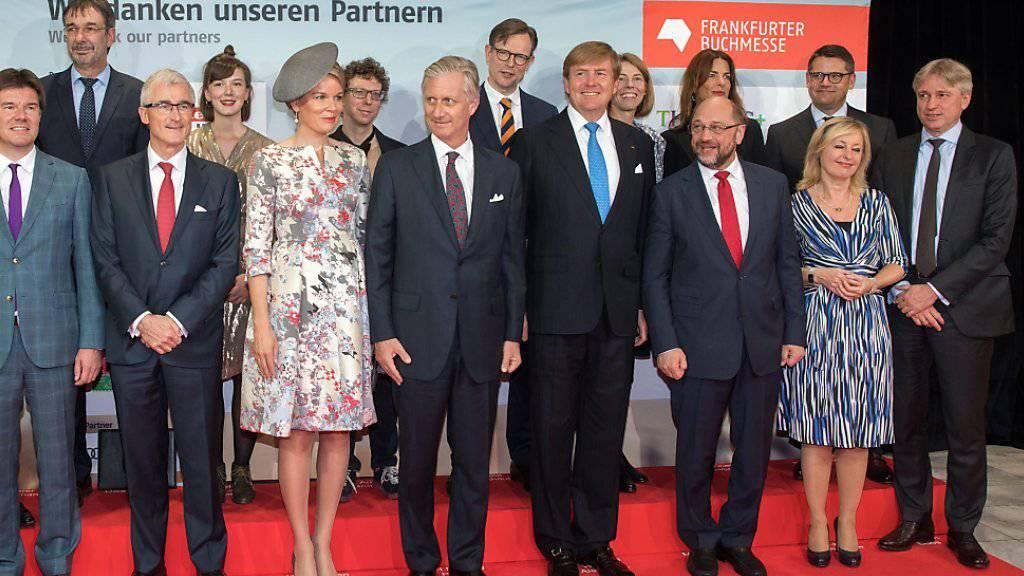 Gruppenbild mit Königen zur Eröffnung der Frankfurter Buchmesse, vorne Mitte, v.l.:  Königin Mathilde von Belgien, König Philippe von Belgien, König Willem-Alexander der Niederlande.