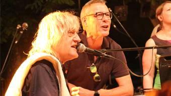«Stets i truure». Openair-Hauptorganisator Daniel Probst (r.) singt mit Hanery Amman die letzte Zugabe.