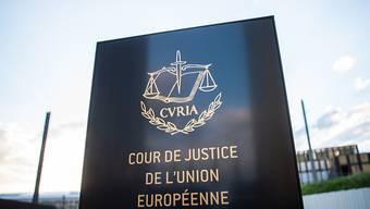 ARCHIV - Ein Schild mit der Aufschrift «Cour de Justice de l'Union Europeene» steht vor dem Europäischen Gerichtshof im Europaviertel. Foto: Arne Immanuel Bänsch/dpa