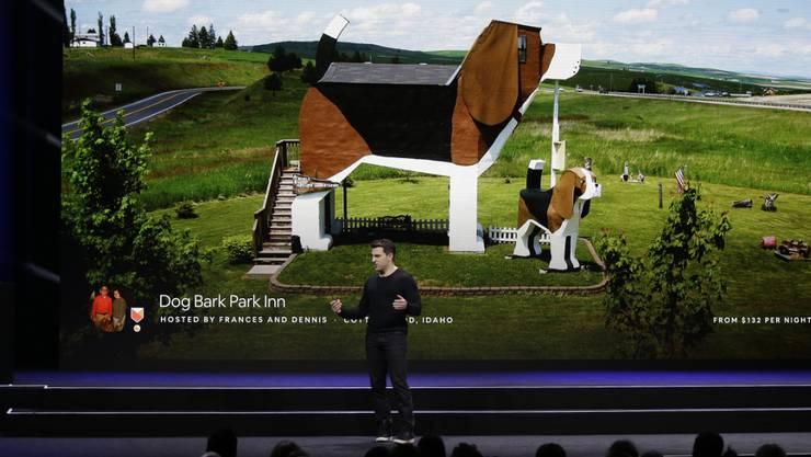 Der Online-Wohnungsvermittler Airbnb ist auch in der Schweiz erfolgreich. Im Bild Co-Gründer und CEO Brian Chesky an einem Event in San Francisco. (Archivbild)