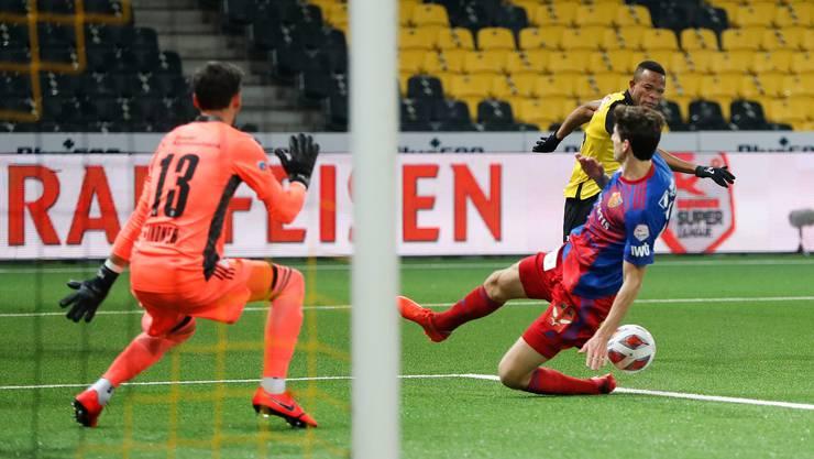 Basels Timm Klose grätscht und kriegt den Ball an die abstützende Hand, was gemäss Regel nicht zu einem Penalty führt.