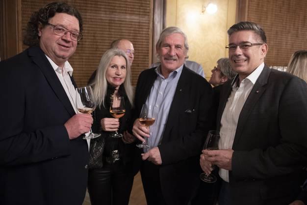 Ennetbadens Vizeammann Jürg Braga, Schwanen-Eigentümer Hans-Rudolf Wyss mit Ehefrau und Markus Schneider, Stadtammann von Baden.