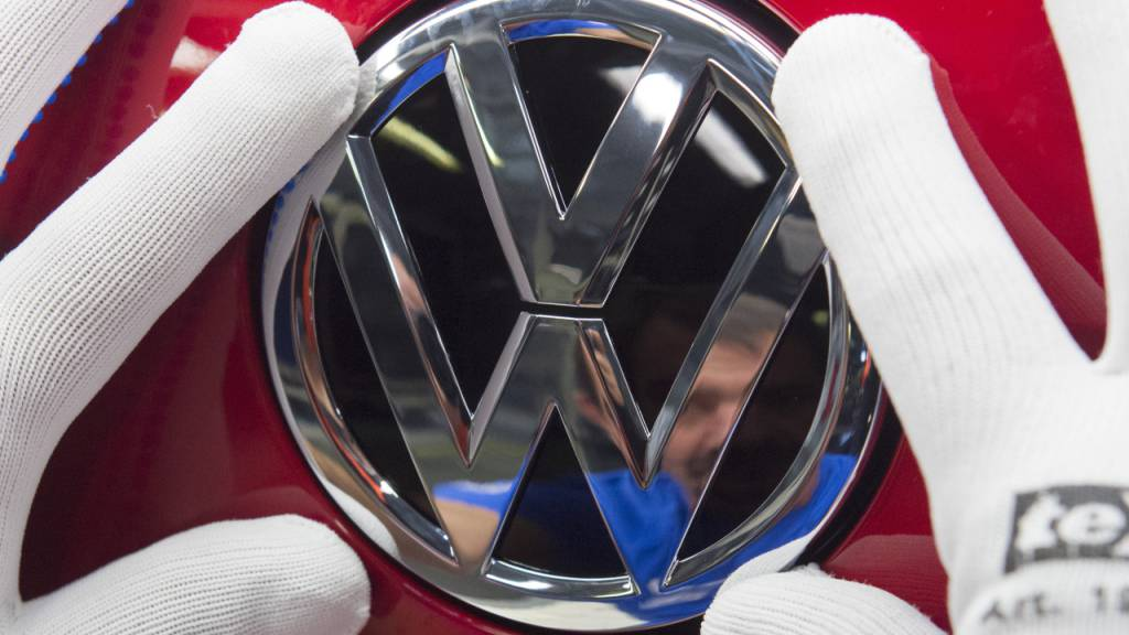 Volkswagen muss wegen eines Problems an den Bremspedalen 38'100 neue Autos zurückrufen. Es geht um Exemplare des Golf, Tiguan, Touran und T-Roc aus dem jetzt auslaufenden Modelljahr 2020. (Archivbild)