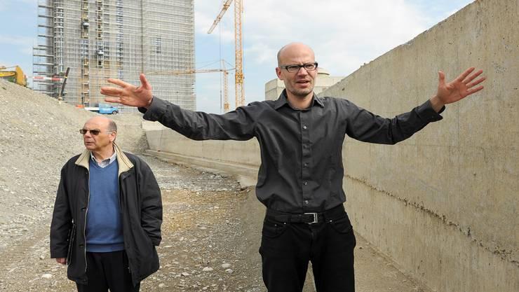 Es gibt bessere Orte fürs Ohr: Lärmschützer Peter Mohler und Urbanist Trond Maag auf der Rheinuferweg-Baustelle bei der Novartis. Martin Töngi