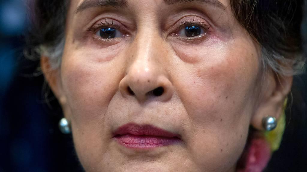 ARCHIV - In Myanmar will die Justiz nach zweieinhalbmonatiger Pause den Prozess gegen die entmachtete Regierungschefin Aung San Suu Kyi wieder aufnehmen. Suu Kyi konnte jedoch am Montag krankheitsbedingt nicht persönlich vor Gericht in der Hauptstadt Naypyidaw erscheinen. Foto: Peter Dejong/AP/dpa