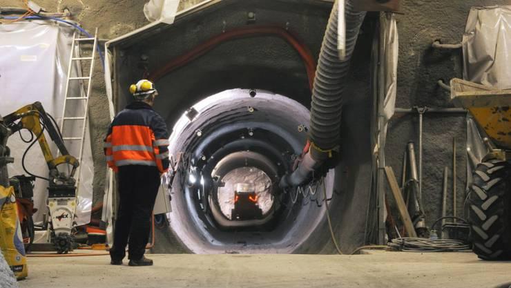 Blick in den 50 Meter langen Stollen des Heizexperiments der Nagra im Felslabor Mont Terri: Hier wird untersucht, wie sich Wärme auf die Sicherheitsbarrieren auswirkt. (Archiv)