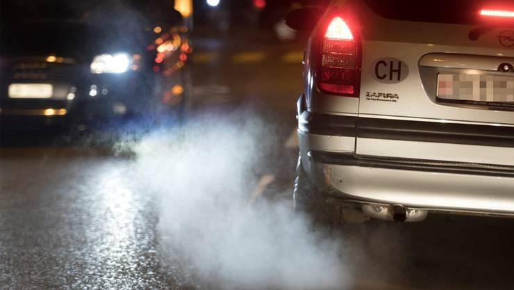 Die Autofahrer waren sich nicht einig darüber, ob der vorausfahrende Wagen gebremst hat oder nicht. (Symbolbild)
