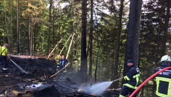 Die Feuerwehr Escholzmatt-Marbach löscht einen Flurbrand in Waldrandnähe.