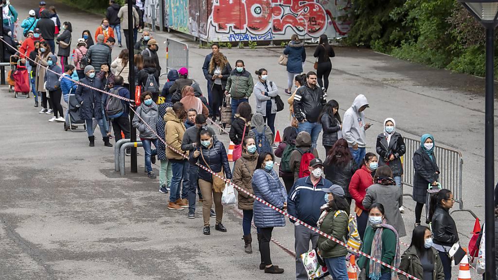 Anfang Mai standen in Genf rund 2500 Menschen während drei bis vier Stunden an, um einen Sack mit Lebensmitteln im Wert von 20 Franken zu ergattern. (Archivbild)
