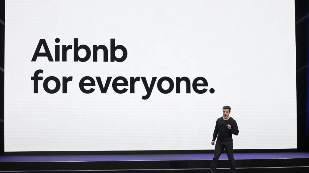 Die Online-Zimmervermittlungsplattform Airbnb sieht wieder optimistischer in die Zukunft. (Symbolbild)