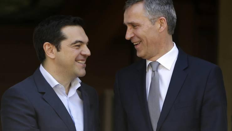NATO-Generalsekretär Jens Stoltenberg (rechts) am Freitag in Athen mit dem griechischen Ministerpräsidenten Alexis Tsipras.