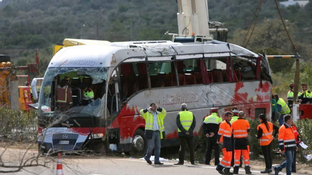 Nach dem Busunglück in der Nähe von Tarragona forschen die Ermittler nach der Unfallursache.