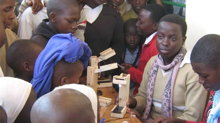 Die Schüler können die Solarlampen selber zusammenbauen. Regula Gloor