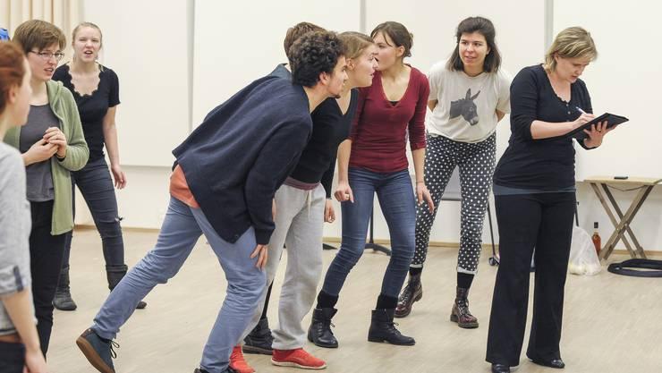 Während Barbara Schingnitz (rechts) laut ihre Gedanken ordnet, wird sie vom Jugendchor Vivo unterbrochen.