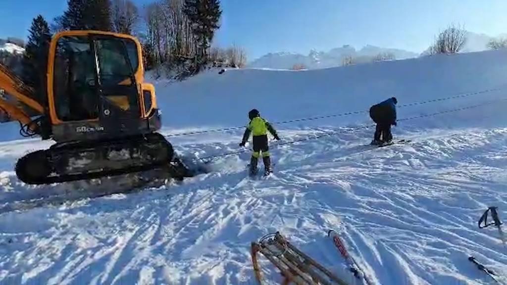 Hier wird ein Bagger zum selbst gebauten Skilift