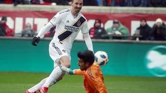 Los Angeles Galaxys Stürmer Zlatan Ibrahimovic bezwingt Chicagos Torhüter Richard Sanchez und erzielt den Siegtreffer der Partie