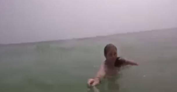 Die Stimmung wechselte schnell, als Vater und Tochter aufs Meer hinaus getrieben wurden. Die Kamera auf dem Selfie-Stick filmte weiter und dokumentierte die Rettung.