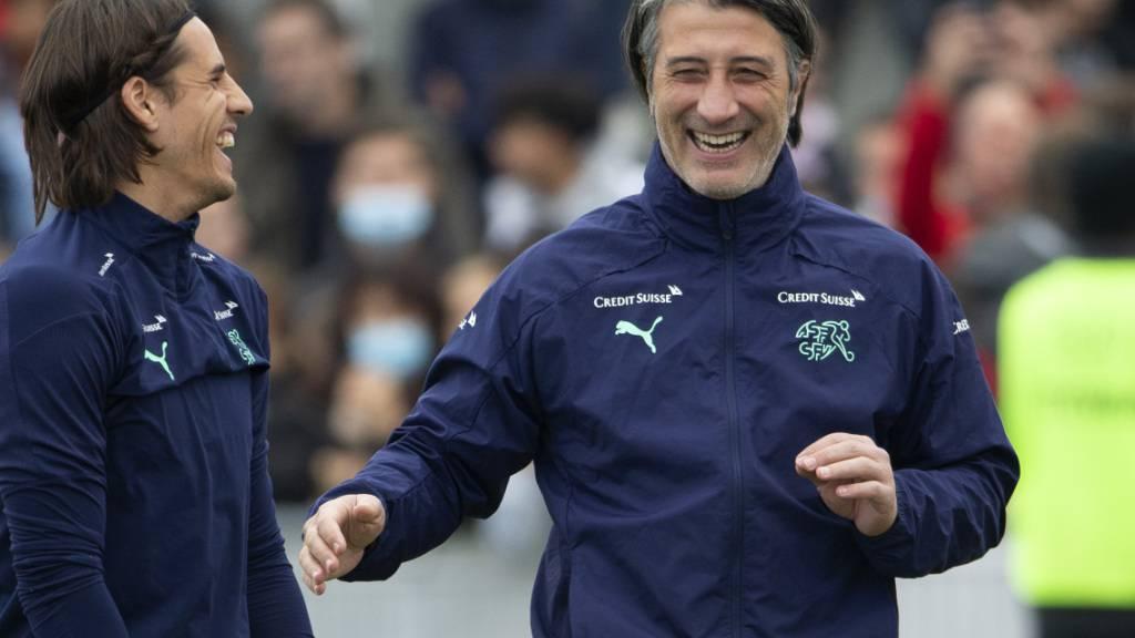 Nationaltrainer Murat Yakin ist vor dem Spiel in Litauen gut gelaunt