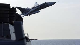 Ein russisches Kampfflugzeug fliegt knapp an der USS Donald Cook vorbei.