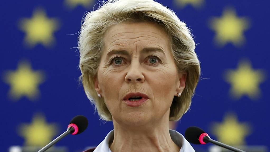 Ursula von der Leyen, Präsidentin der Europäischen Kommission, spricht während einer Plenarsitzung im Europäischen Parlament.