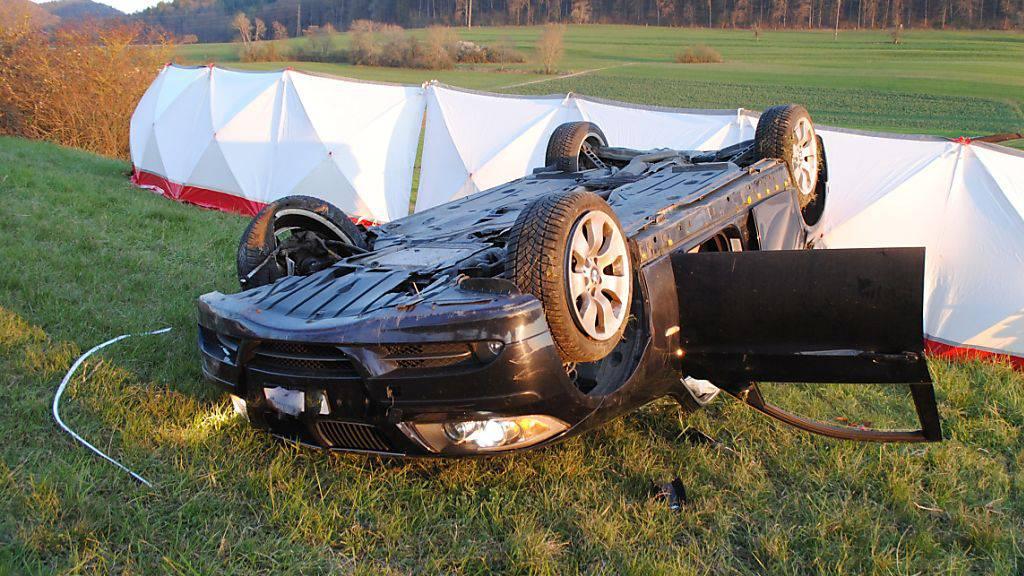 Das Auto überschlug sich bei dem Unfall mehrere Male. Der Fahrer wurde aus dem Wagen geschleudert.
