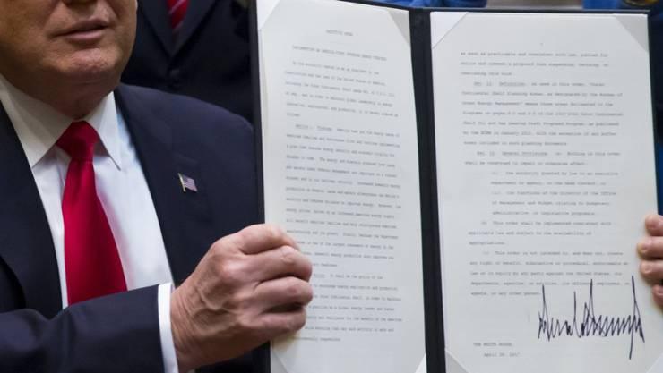 US-Präsident Donald Trump unterzeichnet in Washington eine neue Anweisung, wonach Bohrverbote nach Erdöl und Erdgas überprüft werden sollen.