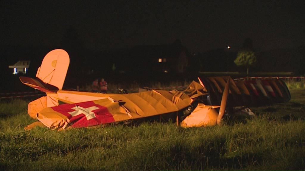 Doppeldecker-Flugzeug mit zwei Insassen abgestürzt – eine Person tot
