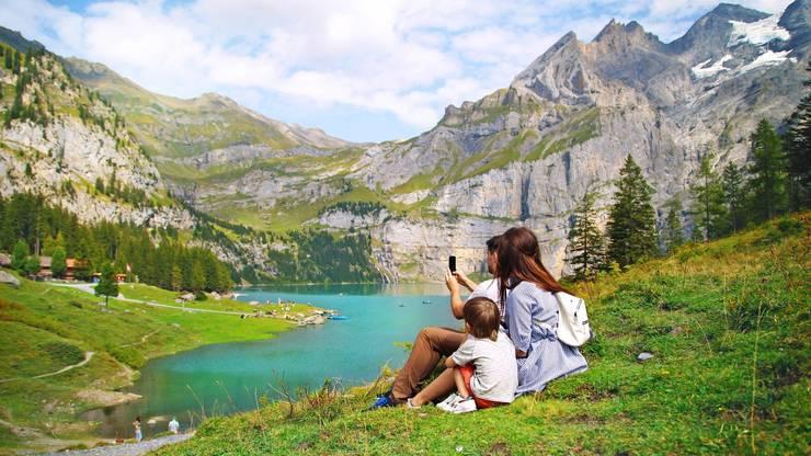 Idyllische Plätze in den Bergen, wie hier beim Oeschinensee, dürften in diesem Sommer bei Schweizern beliebt sein.