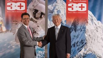 Thomas A. Tóth, CEO Tillotts Pharma (l.), mit «seinem» Präsidenten Sachiaki Ibe bei der Jubiläumsfeier. zvg