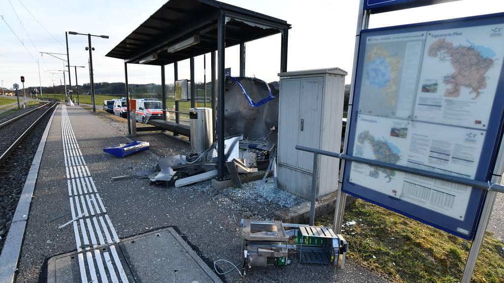 Unbekannte sprengen Ticketautomat und erbeuten tausende Franken Münz