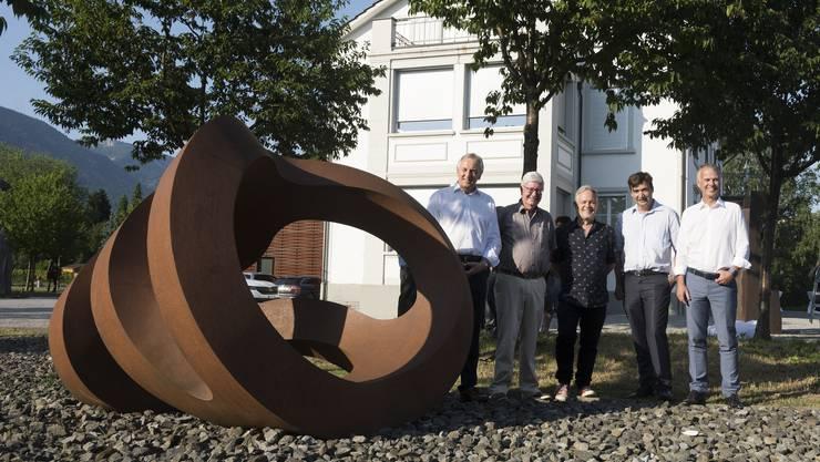 Übergabe der Skulptur mit (von links) Felix Leuenberger, Hanspeter Rentsch, Carlo Borer, François Scheidegger und Markus Boss.