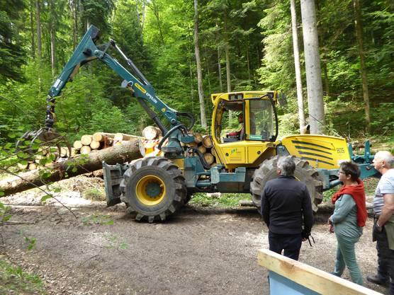 Heute werden Bäume mit dem hochleistungsfähigen Forstschlepper transportiert.