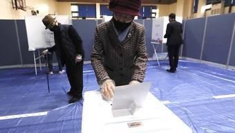 In Südkorea hat am Mittwochmorgen die Parlamentswahl begonnen - alle Wähler müssen einen Mundschutz tragen.