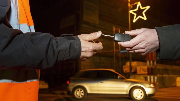 Der Autoschlüssel wird dem Nez Rouge-Fahrer übergeben