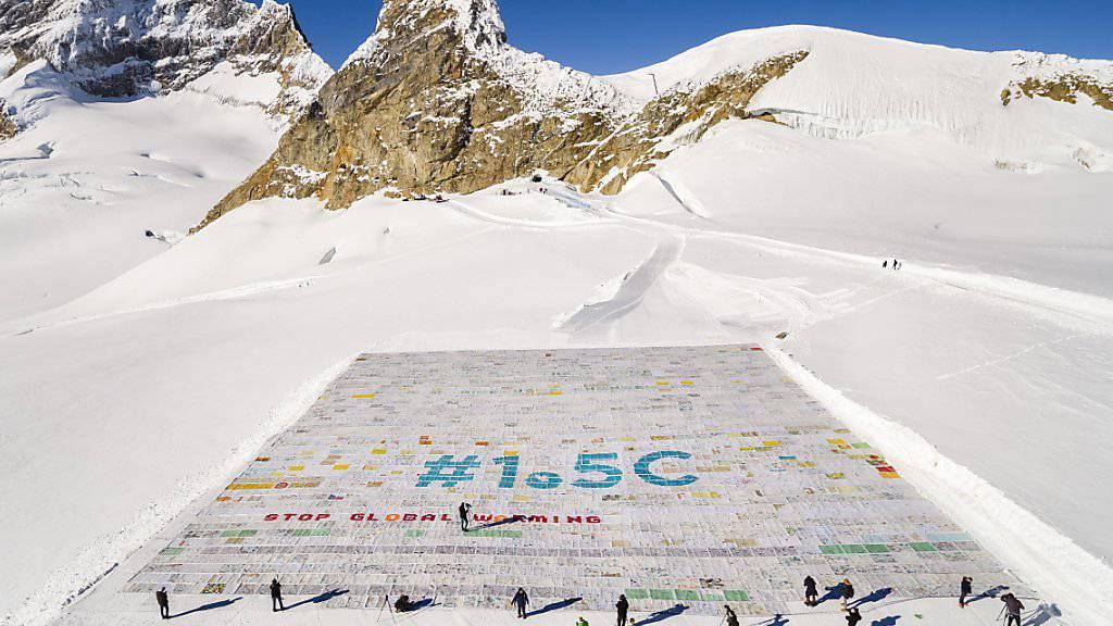 Die aus über 100'000 Einzelbotschaften zusammengesetzte Riesen-Postkarte auf dem Aletschgletscher.