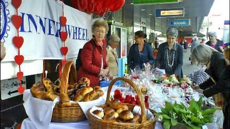 Inner Wheel Club Olten-Niederamt betreibt Muttertagsstand vor Coop City