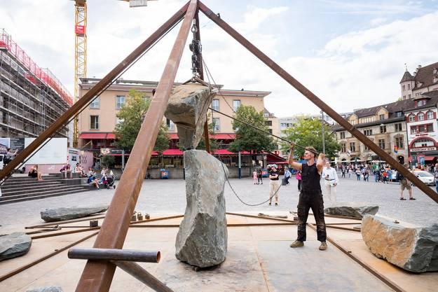 """THEATERFESTIVAL BASEL 2018: Auf dem Barfüsserplatz : """"A Piece of 2 - Balancing Human sized Rocks"""" von NICK STEUR, Niederlande, Performance & Installation"""
