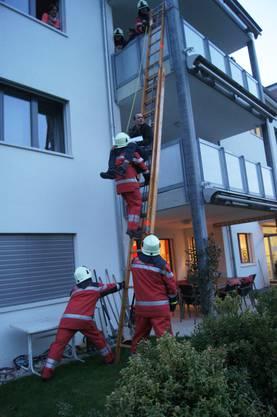 Auch die Erwachsenen rettete man mit einer Leiter vom Balkon