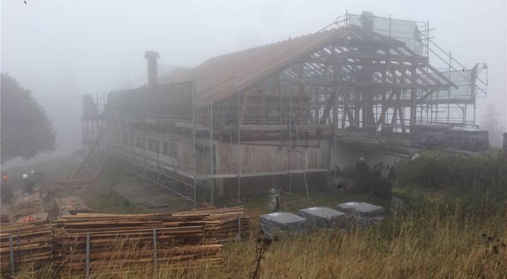 Das Bauernhaus vor einer Woche: Das Dach wurde entfernt und verpackt, der Dachstock ist noch vorhanden.
