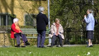 Mit ausreichend Abstand: Seniorinnen in Zürich beim Schwatz in einem Park.
