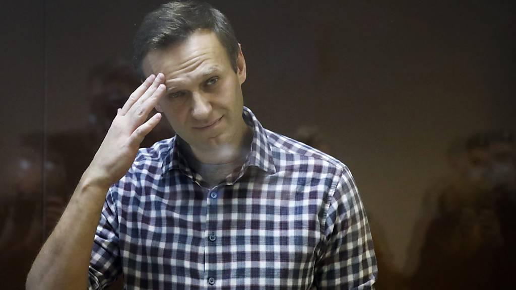 ARCHIV - Alexei Nawalny, russischer Oppositionsführer, steht während seiner Verhandlung hinter einer Glasscheibe im Babuskinsky Bezirksgericht. Foto: Alexander Zemlianichenko/AP/dpa