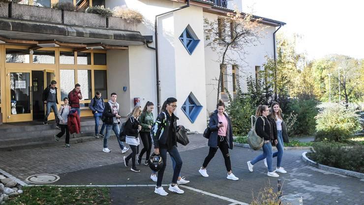Noch ist sie in Betrieb: Schülerinnen und Schüler der Bezirksschule Fahrwangen gehen in die Mittagspause.
