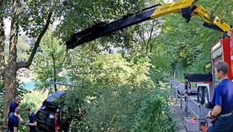 Fast bis zur Aare gerollt: Die Berner Berufsfeuerwehr konnte das Auto, welches in der Berner Altstadt einen Hang hinuntergefahren war, bereits wieder bergen.