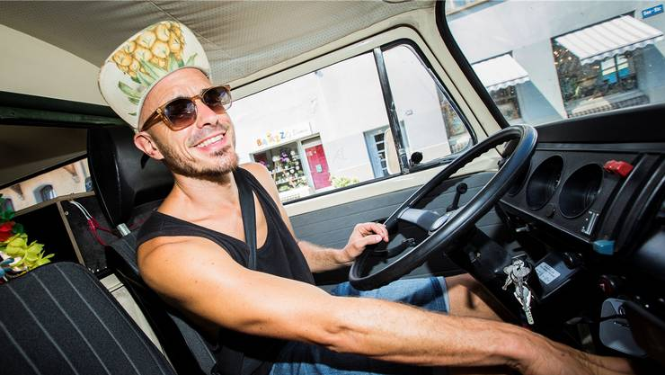 Der Reggae-Sänger Dodo und sein Hippie-Bus machen am Stadtfest einen Halt in Dietikon. Neben Künstlern und Feiernden sind am Fest auch Helfer nötig, die für 20 Franken plus Verpflegungsgutscheine vierstündige Schichten absolvieren.