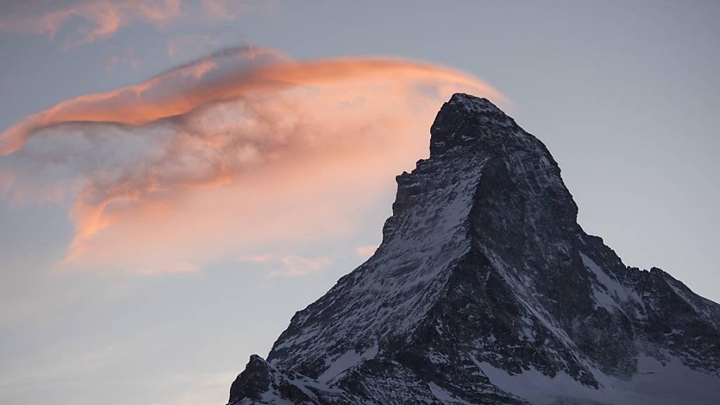 Eine Rettungsequipe der Air Zermatt hat am Sonntag am Matterhorn zwei Alpinisten mit schweren Erfrierungen evakuiert und ins Spital geflogen. (Archivbild).