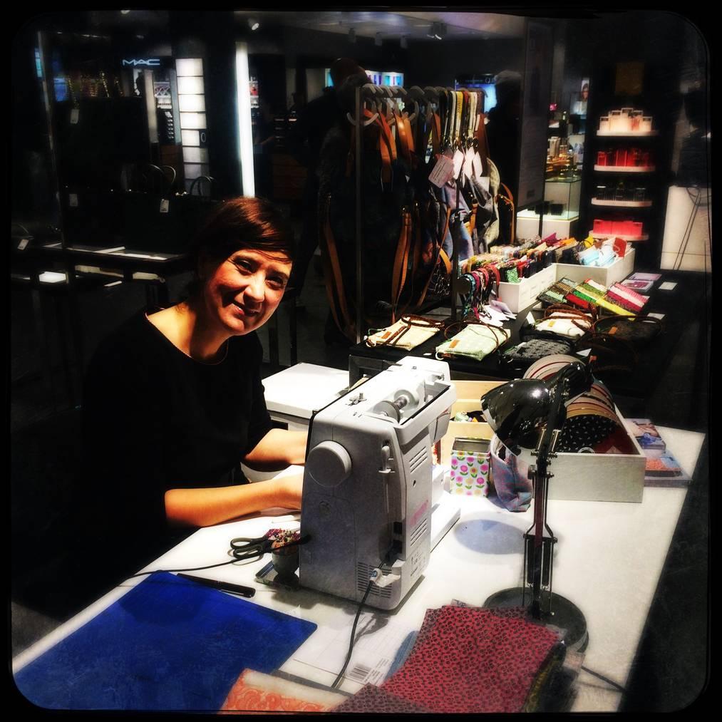 Nadia Francioso an ihrer Nähmaschine. © zvg