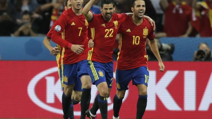 Alvaro Morata (7), Nolito (22) und Cesc Fabregas freuen sich über das 2:0