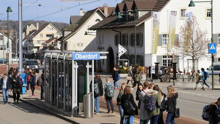 Die Station Oberdorf der Waldenburgerbahn ist eigentlich das Ortszentrum. Doch es mangelt an Aufenthaltsqualität und zu gewissen Zeiten wird es chaotisch.