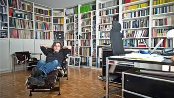 Daniel Rohr in seinem privaten Reich, wo er auf der Le-Corbusier-Liege manchmal stundenlang Texte memoriert.Annika Bütschi