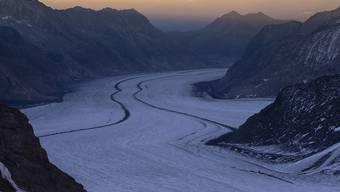 Wo noch majestätische Eismassen liegen, könnte Ende des Jahrhunderts nur noch die Felsrinne sichtbar sein: Eine Simulation zeigt, dass vom Aletschgletscher bei ungebremstem Klimawandel kaum etwas übrig bleibt.